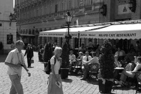 Viaceré kaviarne a reštaurácie v Starom Meste vlani nedodržiavali predpísaný trojmetrový rozostup medzi terasami. Do priestoru, ktorý má ostať voľný, umiestňovali kvetináče a chladničky. Hasičom tak obmedzili prístup k budovám, kde zasahovali.