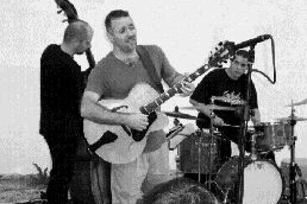 Džezové Ron Affif trio hrá v BratislaveDžezové trio amerického gitaristu Rona Affifa pripravilo po dvoch rokoch turné po slovenských mestách. Priaznivcom džezu už ponúkla zostava Ron Affif (gitara), Juraj Griglák (basa) a Martin Valihora (bicie) svoju n