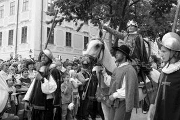 Korunovačných slávností sa každoročne zúčastní stotisíc návštevníkov. Minulý rok tu bol korunovaný kráľ Matej II., ktorého hral Martin Nikodým.
