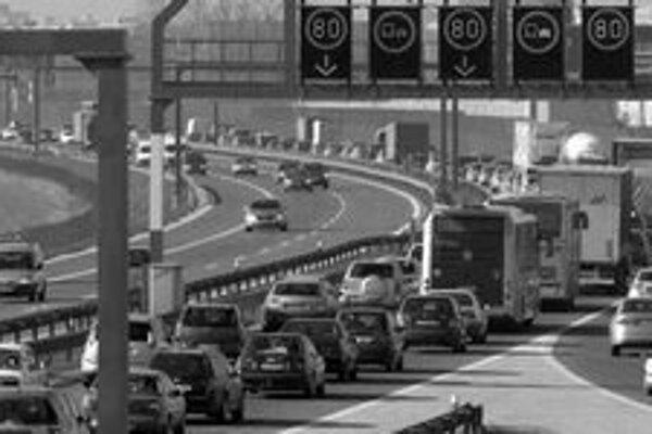 Pondelkové zápchy na diaľnici D1. Národná diaľničná spoločnosť uznáva, že cesty v okolí mesta nestačia. Pomôcť by mala plánovaná diaľnica D4, proti nej sú však obce, ktorých sa má dotknúť.