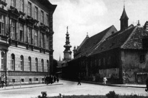 Kozia ulica v roku 1950 (vtedy Šmeralova). Vpravo kláštor kapucínov, vľavo sedria s väznicou a súdom z roku 1891.