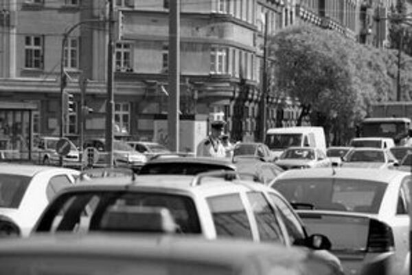 Na Trnavskom mýte bolo rušno. Dopravu riadila polícia, zbiehali sa tu autá smerujúce z Rožňavskej, Vajnorskej, na ktorej je uzávera, a Račianskej, ktorá bola takisto upchatá.