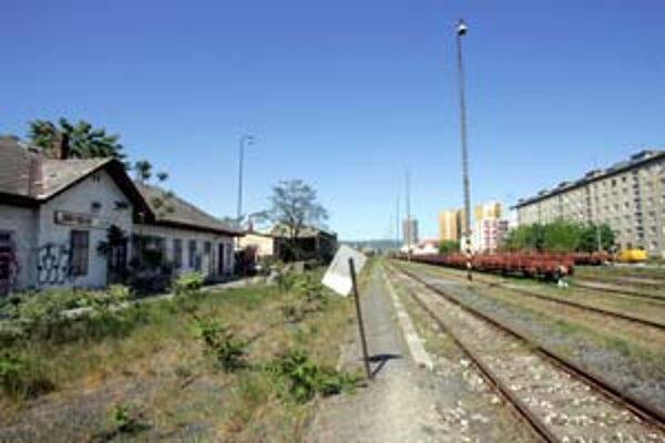Priestor medzi Istropolisom a Račianskou ulicou, známy ako filiálka, roky chátra. Vlastníkom sú Železnice SR a plánujú tu jednu zo staníc novej trate TEN-T.