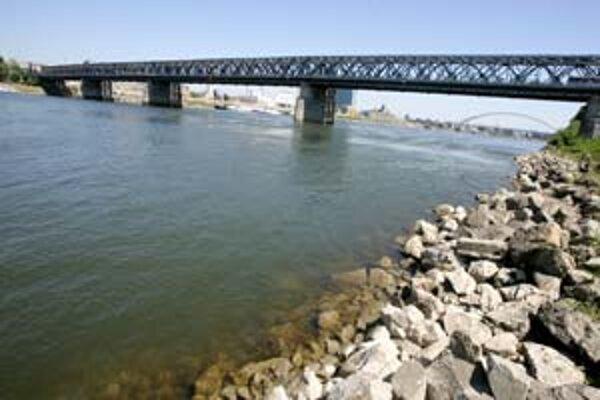 Pokles hladiny Dunaja by mohli zastaviť zrážky, ktoré meteorológovia predpovedajú na koniec týždňa.