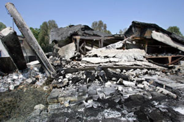 V ruinách skladu na Kopčianskej, kde pred rokom horelo, sú ešte stále zasypané nebezpečné látky.
