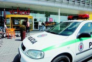 Ikea bola včera niekoľko hodín zatvorená. Pyrotechnici tu hľadali bombu. V stredu zase na Haanovej ulici v Petržalke bombu ohlásil anonymný chlapčenský hlas. Polícia ani tam bombu nenašla. V nedeľu však na bývalom ihrisku na tej istej ulici výbuch poškodi