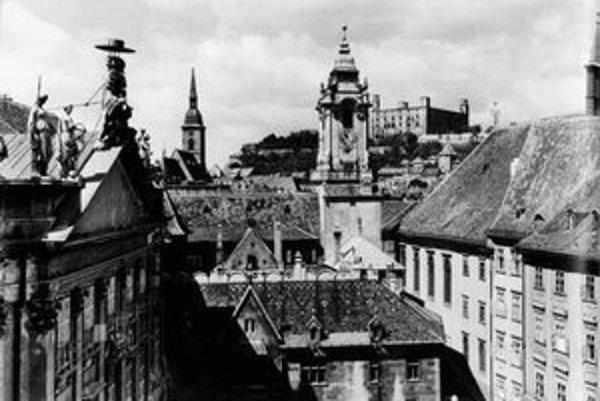 Karol Plicka: Pohľad z Primaciálneho námestia na Hrad zo začiatku 60. rokov.