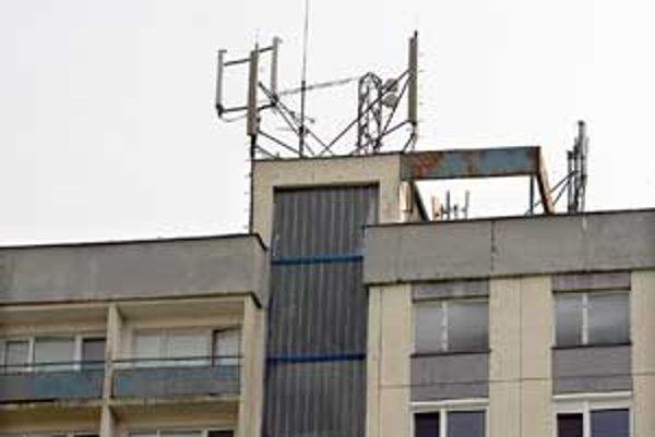 Vysielač GSM na streche domu na Heyrovského 8 prekáža susedom. Pre žiarenie nemôžu napríklad spávať.