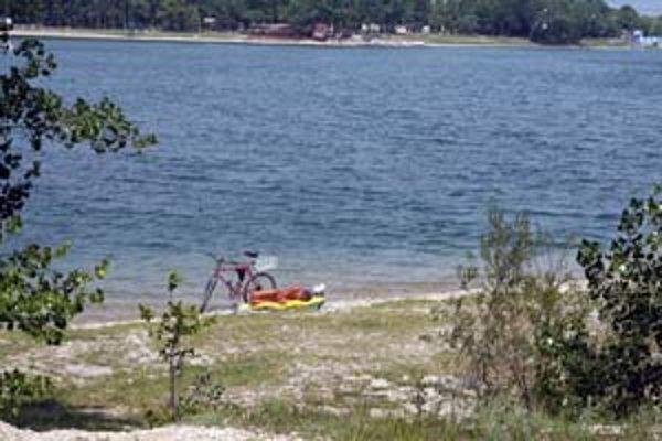 """Horúce počasie už láka ľudí k vode. Jedným z najobľúbenejších jazier v Bratislave sú Zlaté piesky. Okrem platenej pláže však ľudia obľubujú aj """"nekomerčný"""" breh."""