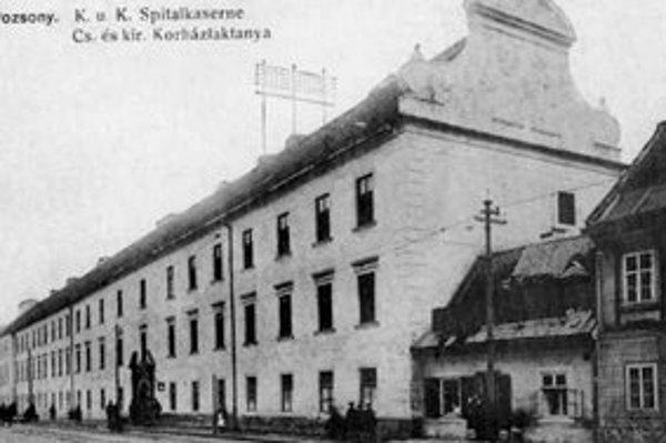 Dominantným objektom na Špitálskej ulici boli bývalé Svätoplukove kasárne. Pohľadnica je z obdobia okolo r. 1916.