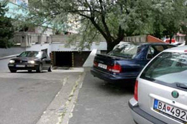 Jednou z garáží, ktorá patrí mestskej časti, je aj garáž na Mlynarovičovej ulici.