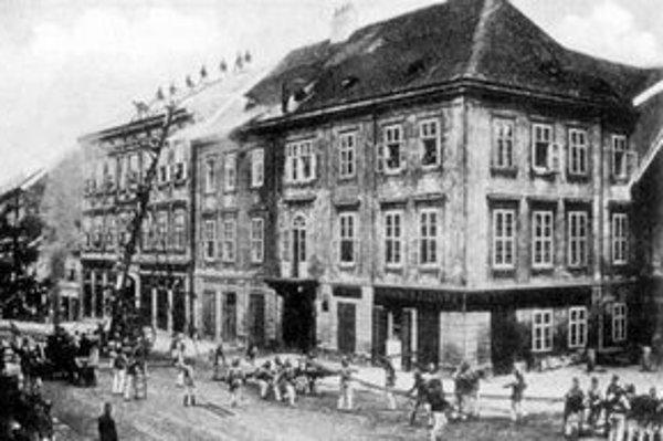 Na Dunajskej ulici horelo. Hasiči v akcii.