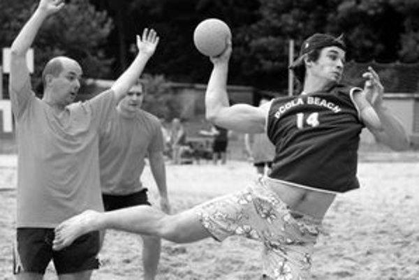 Pre hádzanárov je plážová forma tohto športu spestrením sezóny.