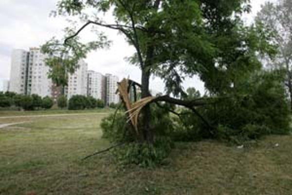 Škody napáchala víchrica za niekoľko minút, následky vidno v meste ešte aj dnes.
