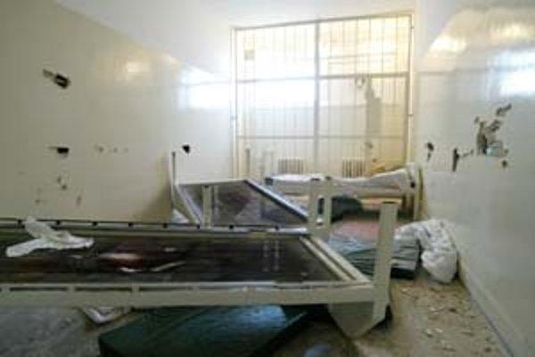 Bratislavská záchtyka prestala fungovať v roku 2004, keď ju jeden z opitých zdemoloval. Odborníci hovoria, že takéto zariadenia sú práve pre agresívnych opilcov. Záchytka nie je zdravotnícke, ale represívne zariadenie. Nezatvárajú sem ľudí s otravou alkoh