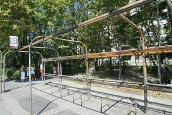 Prístrešok na Prievozskej ulici v horúčavách neposkytuje tieň. Pracovníci dopravného podniku ho demontovali, bude sa rekonštruovať. Hoci v meste je množstvo moderných zastávok firmy JC Decaux, ostali aj staré socialistické.