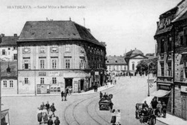 Pohľad na Suché mýto s vyústením Panenskej ulice. Na voľnom priestranstve vľavo býval trh, kde sa predávalo také kvalitné vápno, že ho Prešporčanom závideli aj stavitelia z Viedne.
