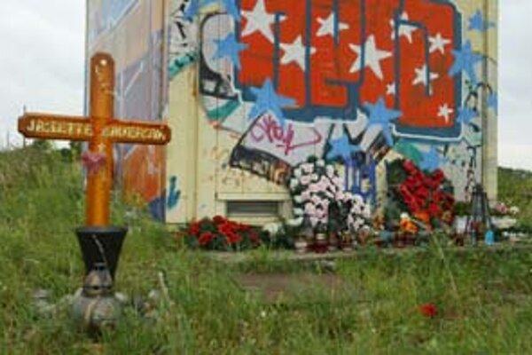 Pomník obetiam pri železničnom priecestí pred Jarovcami. Zväčša tu horia kahance a ležia čerstvé kvety