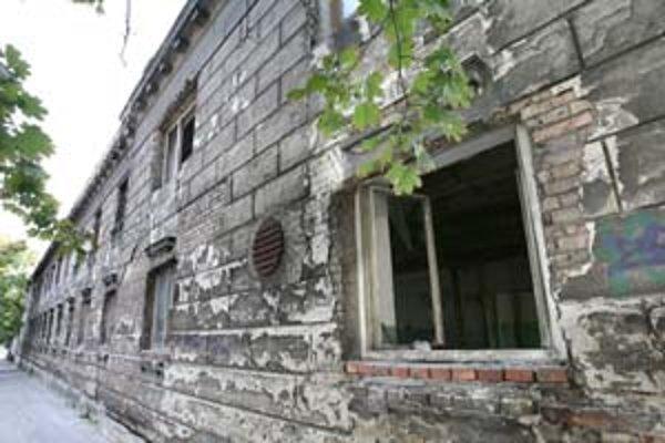 Sklady bývalej tabakovej továrne oheň poškodil len mierne – v interiéri.