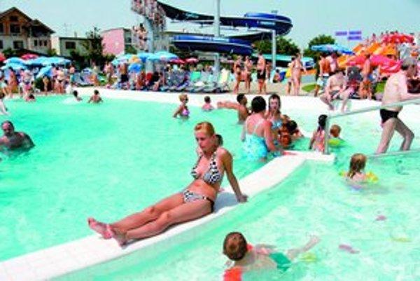 Senec je už dlho obľúbeným miestom na dovolenku. Za vodou sem prichádzajú tisícky Čechov či Poliakov. Napriek tomu v okolí jazera stále prevládajú hlavne bufety. Turistov sem však chodí toľko, že aj keď pribúdajú nové miesta na ubytovanie, v sezóne je vžd