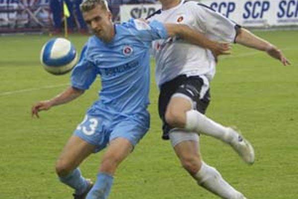 Májový vzájomný zápas Slovana s Ružomberkom sa skončil remízou 1:1. Na snímke bojuje o loptu slovanista Ivan Janek (vľavo) s Pavlom Pilárom.