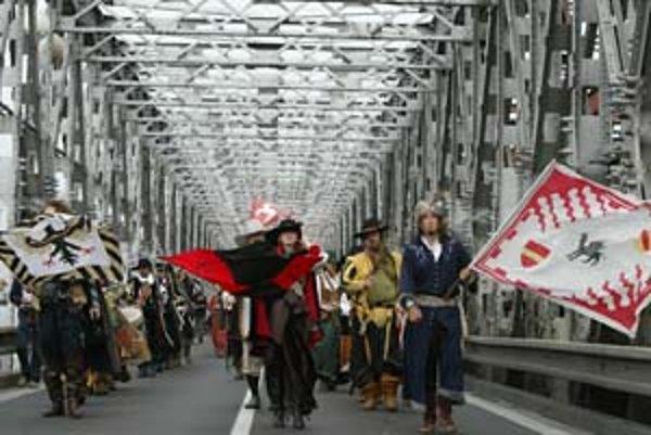 Kráľ s kráľovnou a so sprievodom sa po korunovácii presunuli cez Starý most do Petržalky. Oslavy aj napriek dažďu pokračovali na Tyršovom nábreží.