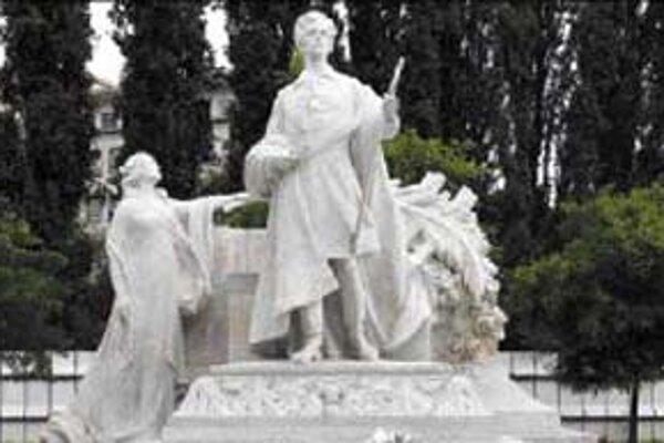 Sochu Sándora Petöfiho vytvoril Béla Rudnay v r. 1911. Stála pred SND, bola už vo vojenských a mestských skladoch, v Sade Janka Kráľa a teraz je v Medickej záhrade.