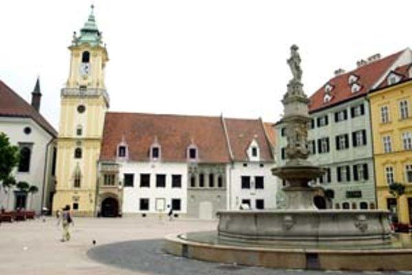Medzi najznámejšie legendy mesta patrí otáčajúci sa rytier Roland. V skutočnosti je to socha kráľa Maximiliána II., ktorý na stavbu fontány venoval peniaze.