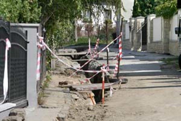 Úzka Zhorínska ulica je podľa úradu v najhoršom stave spomedzi všetkých lamačských ciest.