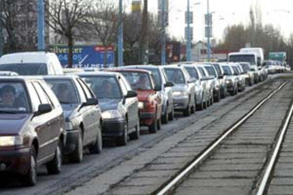 V Bratislave pripadá jedno auto na dvoch obyvateľov, čo je európsky priemer. Celoslovenské čísla hovoria o štyroch obyvateľoch na jedno auto. Zvyšovanie počtu áut v uliciach spôsobuje nárast dopravy, zápchy, nehody a má negatívny vplyv na životné prostred