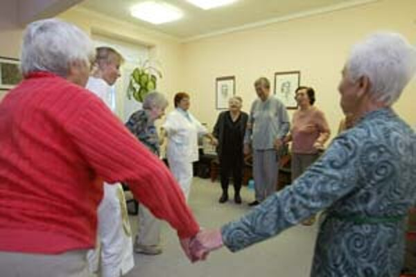 V dennom stacionári Seniorcentrum sú starší ľudia stále zamestnaní, ráno začínajú rozcvičkou.