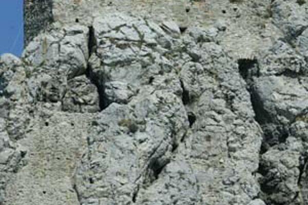 Hradná skala Devína má nebezpečné trhliny, ich vývoj monitorujú špeciálne merače.