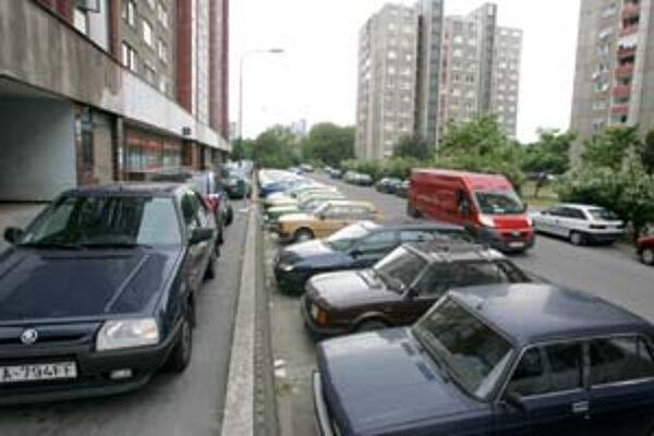 V Petržalke chýbajú parkovacie miesta hlavne večer. Každý by najradšej zaparkoval pred svojím domom, na vyše 40tisíc áut je však len 15tisíc miest. Šoféri parkujú všade, povestný je trik
