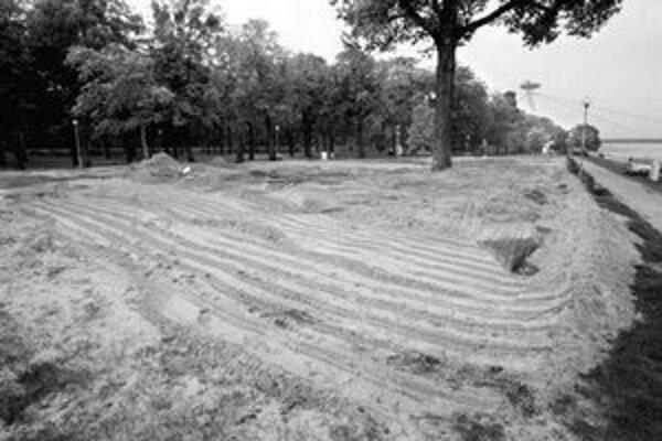 Zvyšky piesku na pláži na Tyršovom nábreží chcú zmiešať so zemou. V piatok by tu mali sadiť trávu.