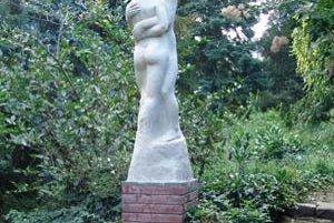 Zreštaurované súsošie Milencov vrátili do Kochovej záhrady.