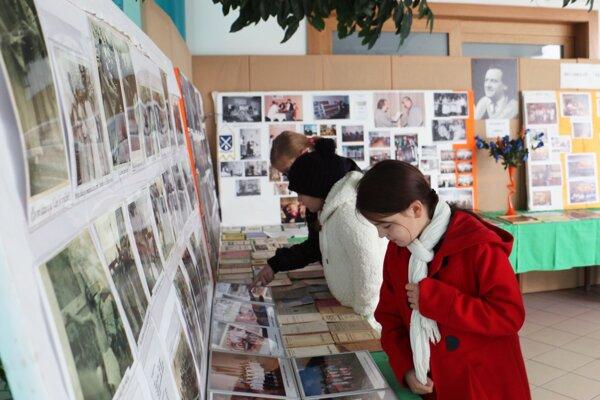 Súčasťou festivalu je výstava fotografií ochotníckeho divadla.