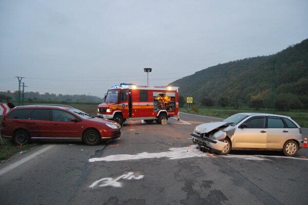 Pri Trenčianskych Bohuslaviciach sa zrazili dve osobné autá.