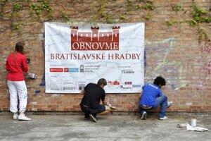 Dobrovoľníci sa snažili vyčistiť aj graffiti.