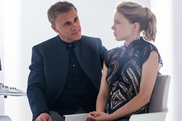 Bondovho protivníka hrá oscarový Christopher Waltz a Bondgirl Léa Seydoux.