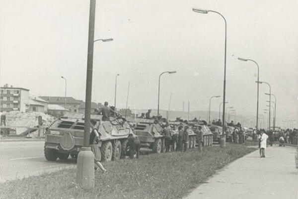 Kolóna sovietskych obrnených transportérov na sídlisku v Banskej Bystrici ráno 22. 8. 1968. Ján Kučerák.