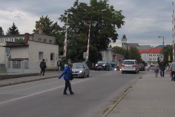 Chodci cez Bojnickú cestu prebiehajú aj mimo vyznačených priechodov.