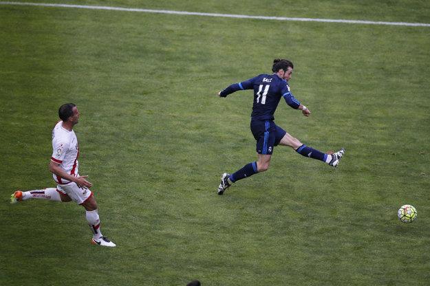Gareth Bale (vpravo) strieľa jeden zo svojich gólov do siete Raya Vallecano.
