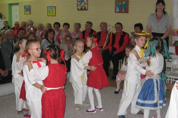 Škôlkari ponúkli seniorom aj folklórne vystúpenie