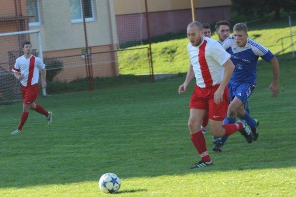 Žarnovičan v drese Veľkej Lehoty. Tomáš Šmondrk, ktorý naposledy nastupoval za béčko z Horných Hámrov (v modrom) v zápase proti Hornej Vsi.