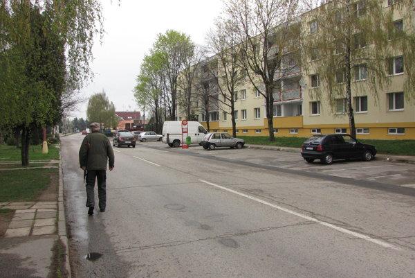 Chodník síce vedie po druhej strane, veľa ľudí si však kráti cestu po ceste.