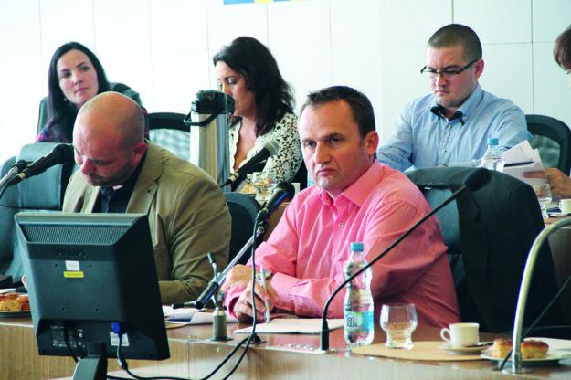 Kandidátov navrhnutých primátorom poslanci nepodporili. Vpravo jeden z nich, Juraj Srnka.