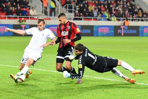 Najbližšie ku gólu mal Ivan Schranz, jeho pokus odkopli Seničania pred bránkovou čiarou.