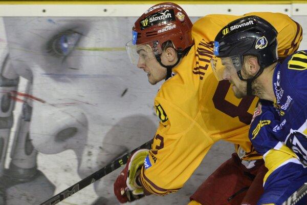Trenčan Michal Hlinka (vľavo) a hráč Piešťan Marcel Holovič.