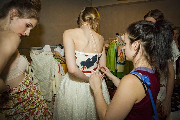 Michaela s modelkami pri skúške jej návrhov