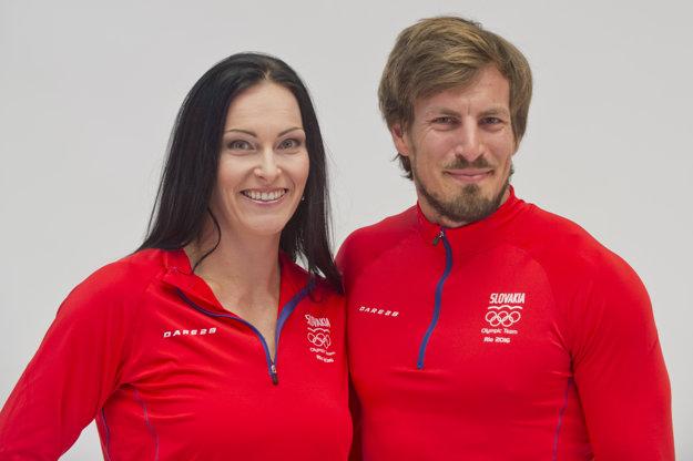 Zľava kladivárka Martina Hrašnová a rýchlostný kanoista Peter Gelle.